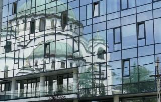 Hram Svetog Saveta u odrazu zgrade