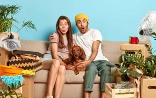 Selidba dvoje mladih na kauču