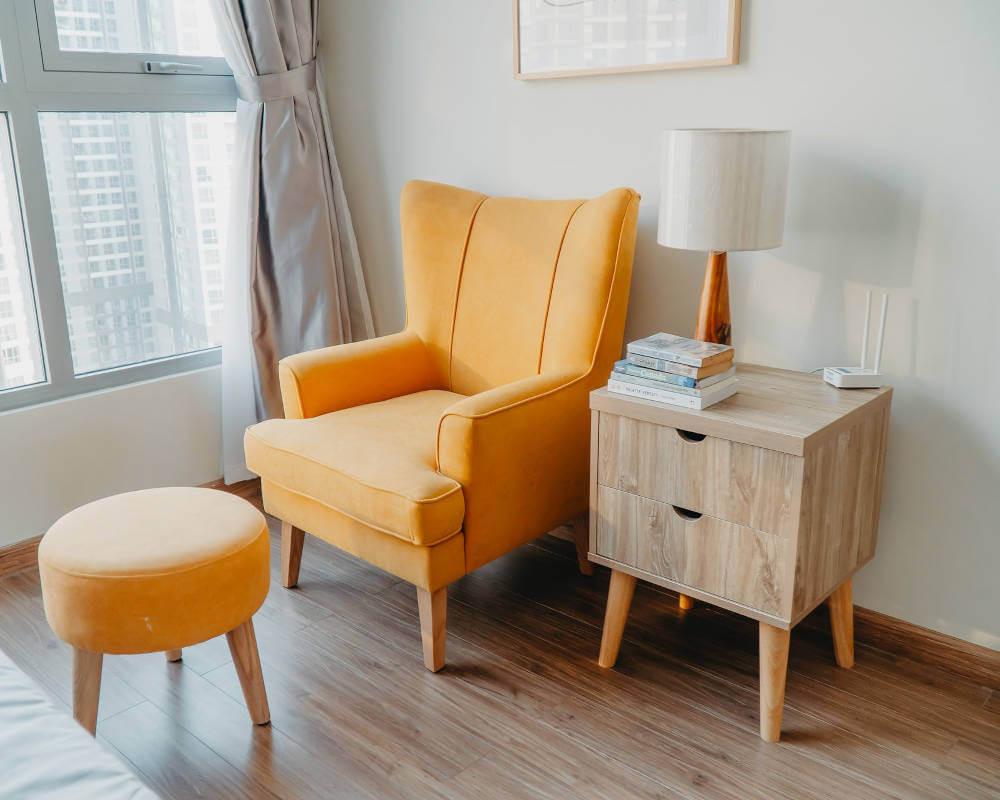 Fotelja stočić lampa