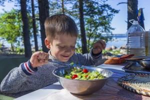 Dečak jede salatu iz činije