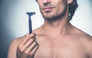 Muškarac sa brijačem u ruci